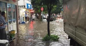Bursa'da yağmur hayatı felç etti