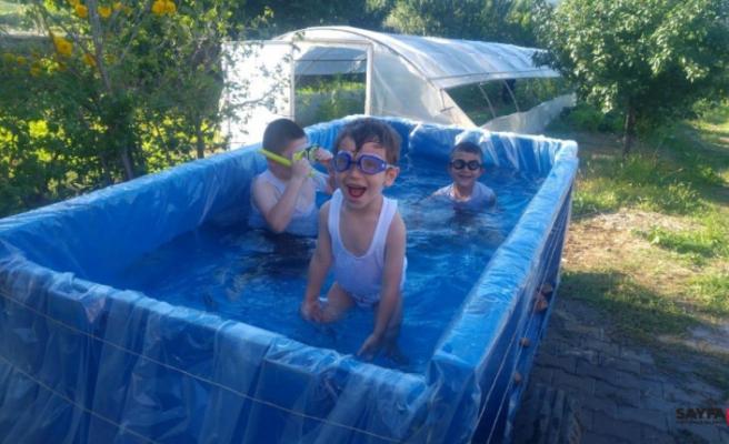 Çocukları için römorku havuza çevirdi