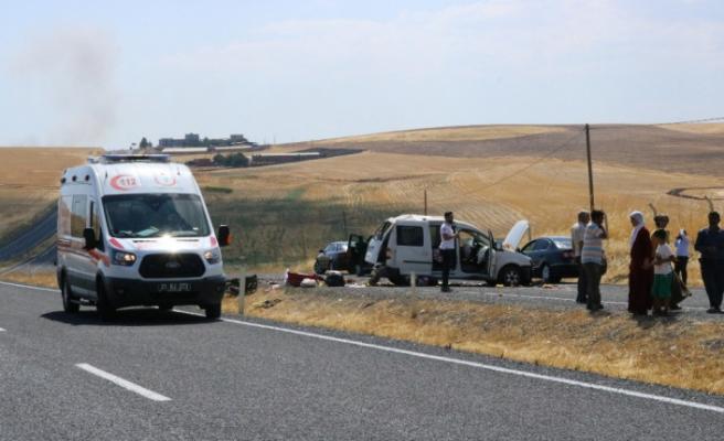 Hafif ticari araç takla atarak karşı şeride geçti: 1'i ağır 4 yaralı