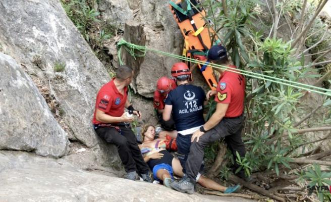Kayalıklardan düşen kişiyi JAK kurtardı