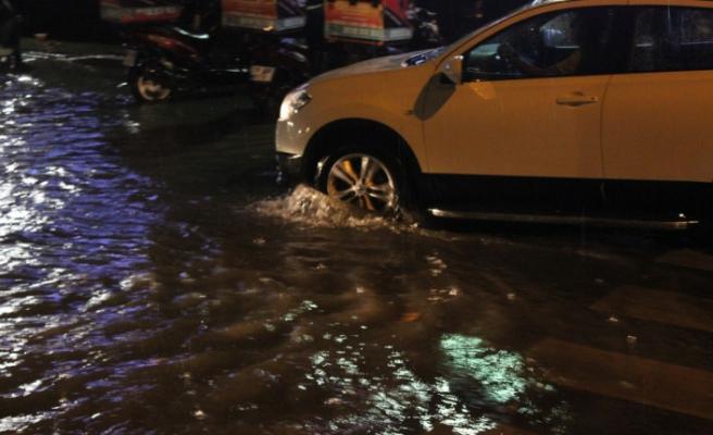 Kırklareli'de yağmur sokakları göle çevirdi