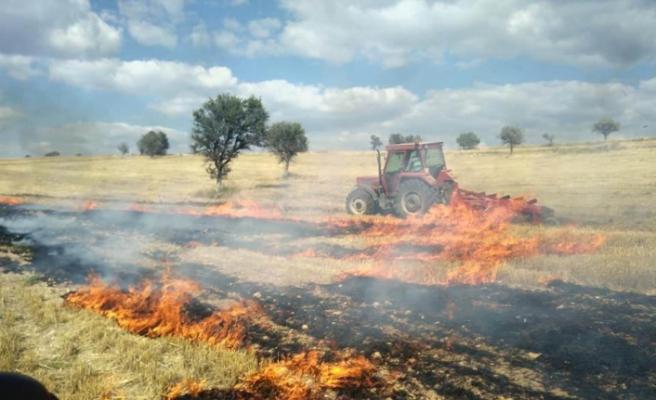 Konya'da tarlalar alev alev yandı