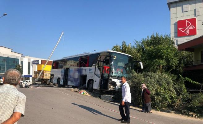 Otobüs, kamyon ve kamyonet birbirine girdi: 5 yaralı