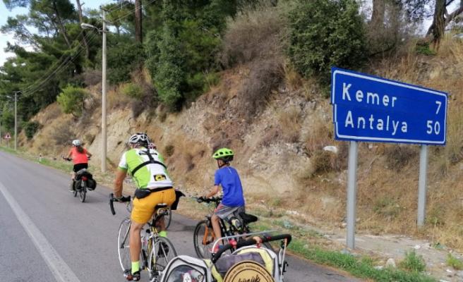 Pedal çeviren aile Antalya'ya vardı