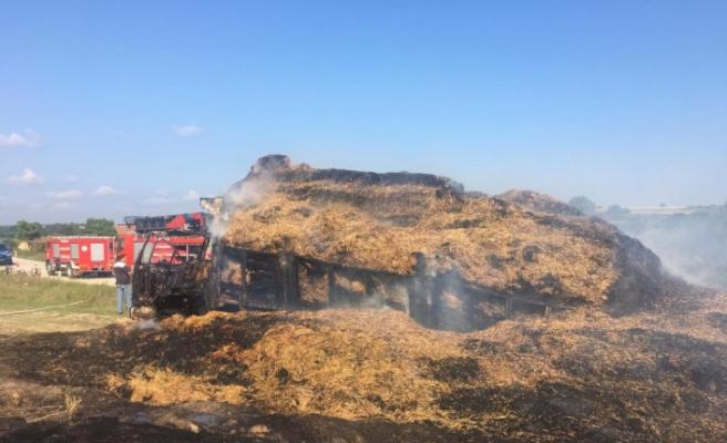 Saman balyası yüklü kamyon alev alev yandı