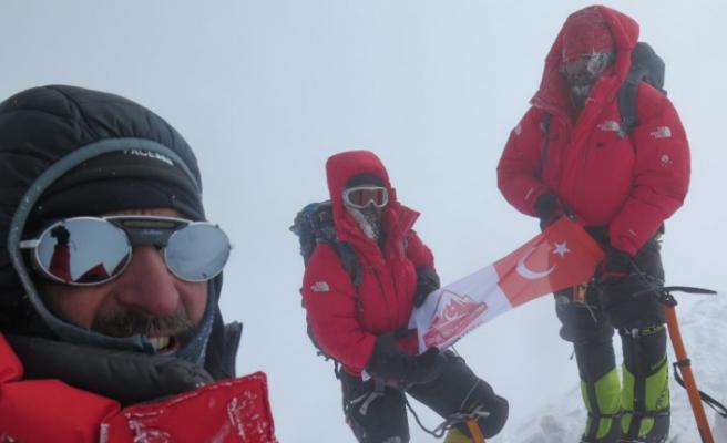 8 Bin metrelik zirvede Türk Bayrağı dalgalandırdılar