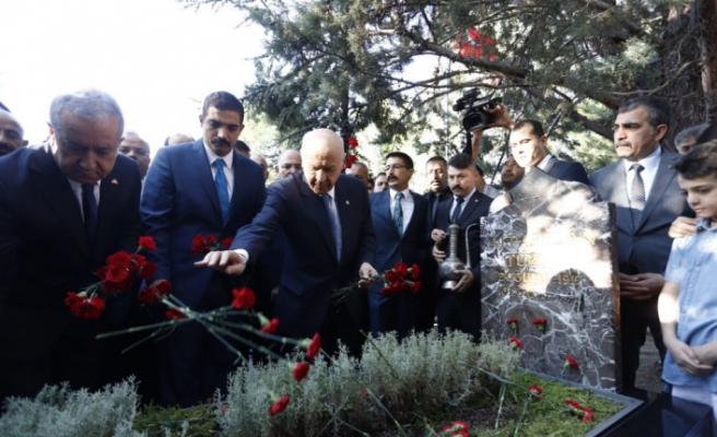 Bahçeli, Türkeş'in anıt mezarını ziyaret etti