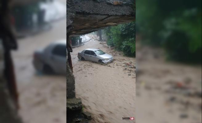 Şiddetli yağış arabaları sürükledi