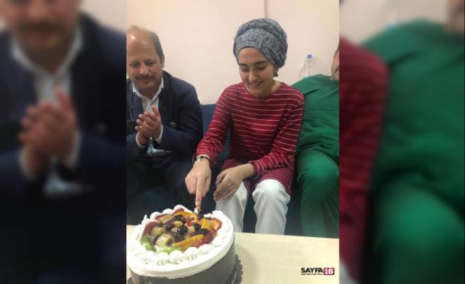 48 gün kaldığı hastaneye pasta keserek veda etti