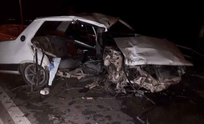 İzmir'de otomobil korkuluklara çarptı: 2 ölü, 1 ağır yaralı
