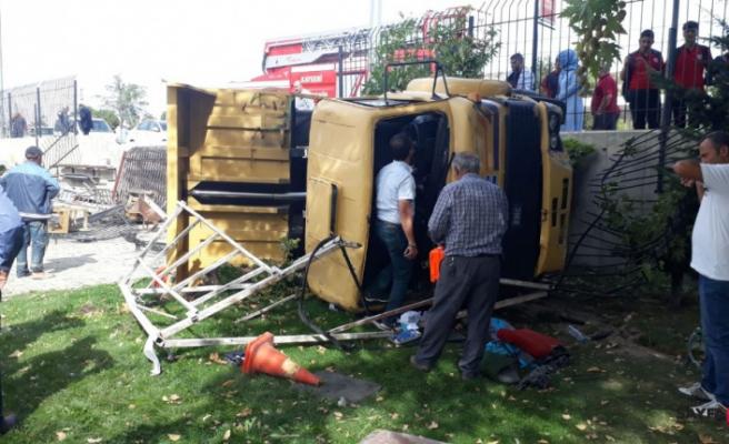 Freni patlayan kamyon yan yattı çok sayıda yaralı var