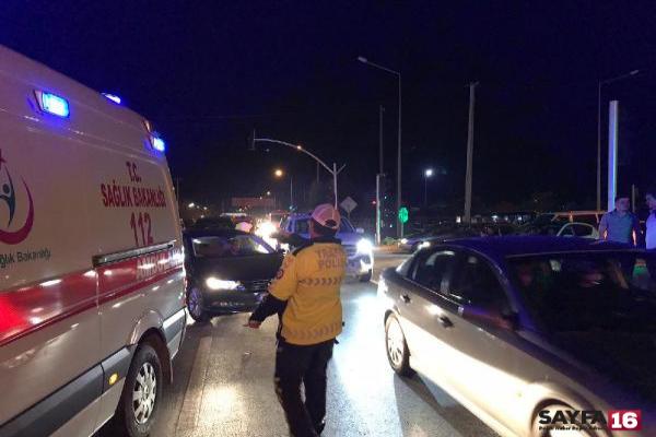Otomobilin çarptığı 2 üniversite öğrencisi yaralandı