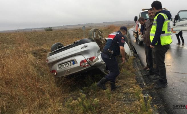 Yağışlı hava kaza getirdi takla atan araçta 3 kişi yaralandı
