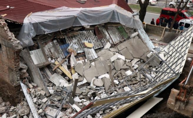 Sakarya'da bina çöktü, işçiler bina altına kalkmaktan son anda kurtuldu
