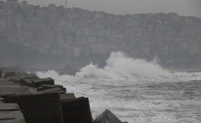 Dev dalgalar kıyıyı dövüyor