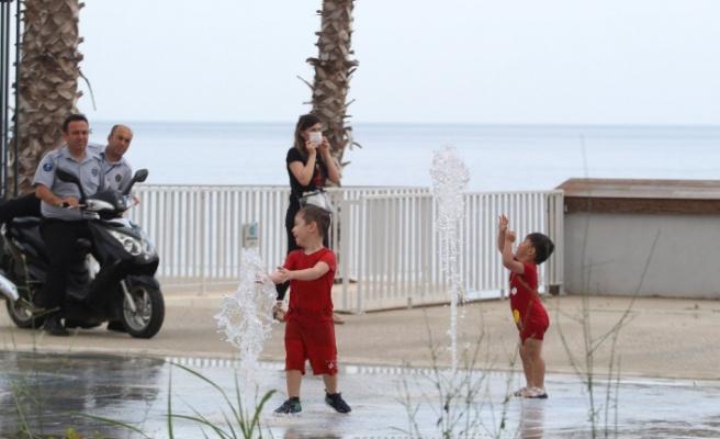 Antalya'da çocuklar sahile akın etti
