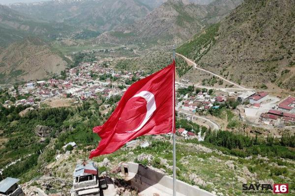 Hainler girilemez diyordu: Kahraman Mehmetçik dev Türk Bayrağı dikti