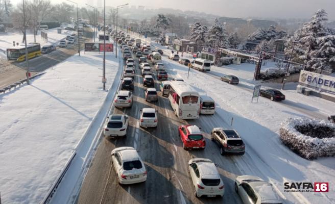 Kar yağışı Bursa'da trafiği felç etti