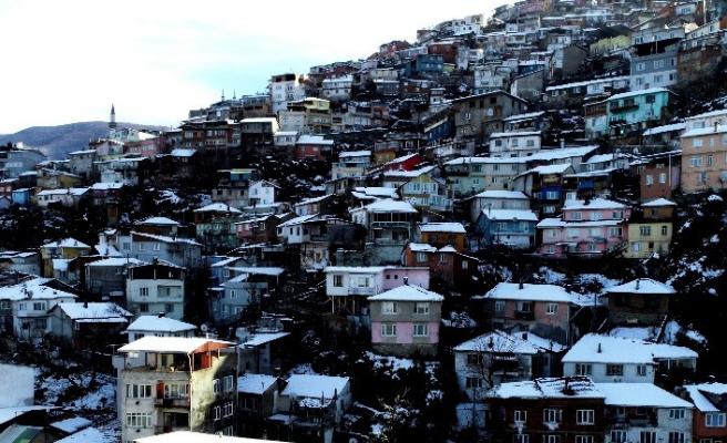 Tarihi Bursa evleri karda başka güzel