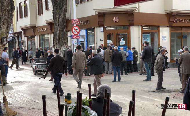 Banka önündeki yoğun kalabalığı polis dağıttı