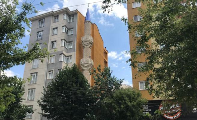 7 katlı binaların arasında kalan cami adeta görünmez oldu