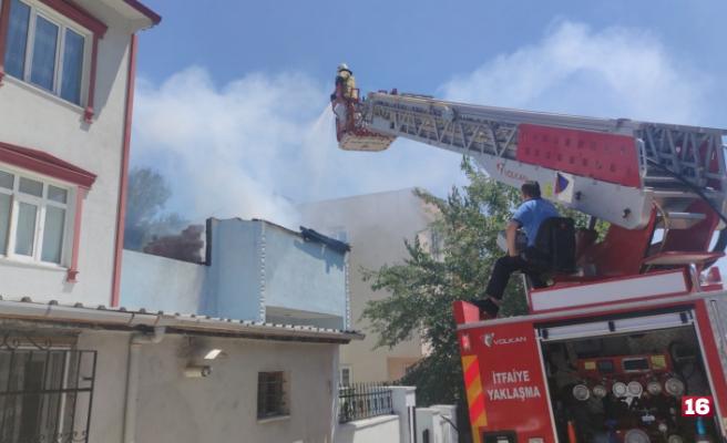 Evi yanan yaşlı kadını öğretmen kurtardı