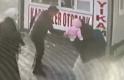 Buzlu yolda düşen baba bebeğini böyle korudu
