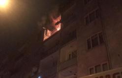 Apartmanda çıkan yangın geceyi aydınlattı