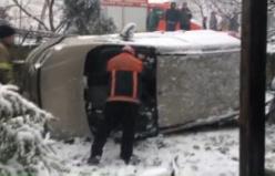 Buzlu yolda duramayan araç evin bahçesine uçtu