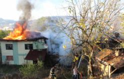 Keles'te üç ev alev alev yanarak kül oldu