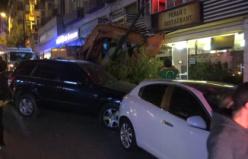 Freni boşaldı...Araçlara çarparak markete daldı