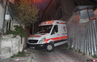 Ambulans askıda kaldı, vatandaşlar üzerine çıkarak...