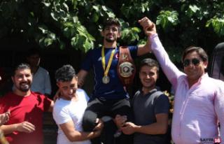 Dünya şampiyonu omuzlarda karşılandı