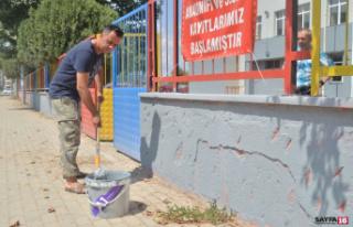 Okul müdürü elinde fırçayla okulu boyadı