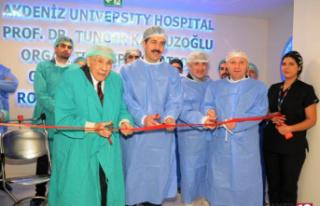 Cerrahlar böbrek nakil operasyonlarını canlı yayında...