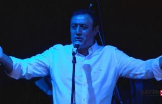 Türkücü Mahmut Tuncer yardım konserinde rock söyledi