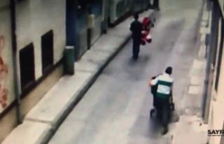 Yabancı uyruklu hırsızlar ikizlerin bebek arabasını...