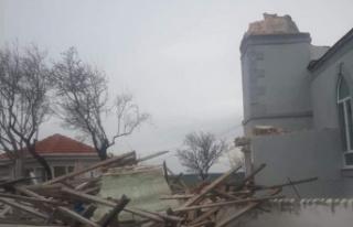 Minare şiddetli rüzgara dayanamadı