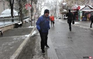 Dükkanı kapatıp 17 kilometre koşarak evine gidiyor