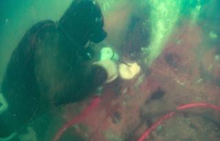 Dev gemi su altında parçalanıyor