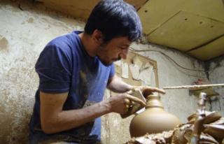 Ürettiği el işi seramik yağdanlıkları Avrupa'ya...