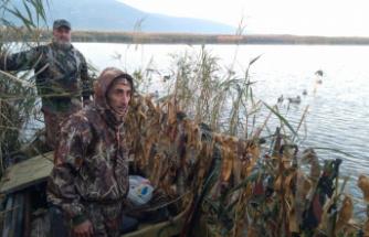 Avcılar ördek avı sezonunu Uluabat gölünde açtı