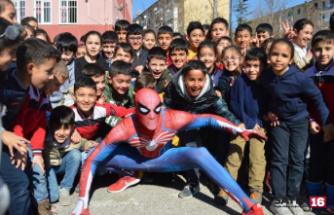 'Örümcek Adam' depremzede çocukları eğlendirdi