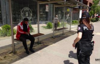 Evsiz vatandaş otobüs durağında uyuya kaldı