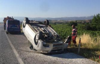 Takla atan ve üzüm bağına devrilen otomobillerde 5 kişi yaralandı