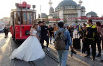 Gelinin fotoğraf çekimi için çıktığı nostaljik tramvay hareket edince..