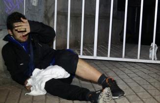 Sinirlenen genç kadın, komşusunu bıçakladı