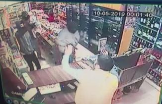 İzmir'de silahlı soygun anı kamerada