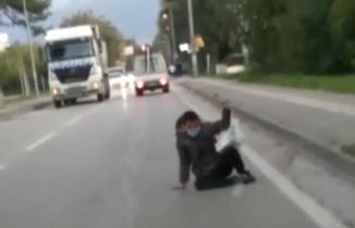 Bursa'da kamyonetin arkasına takılan genç ölümden döndü