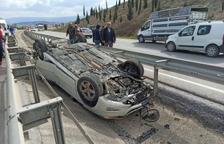 3 takla attı: Araçtaki 3 kişi hafif yaralı kurtuldu